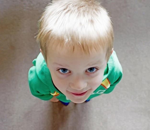 若い大きく小さな子供は大きな小さい人の少年