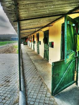 安定した七面鳥の納屋の建物の牧場ファーム