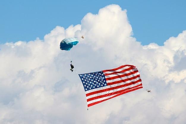 Парашют небо облака американский флаг парашютом