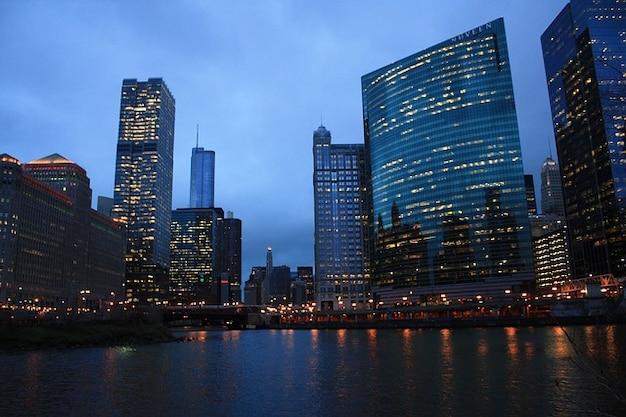 シカゴの夜のスカイライン川