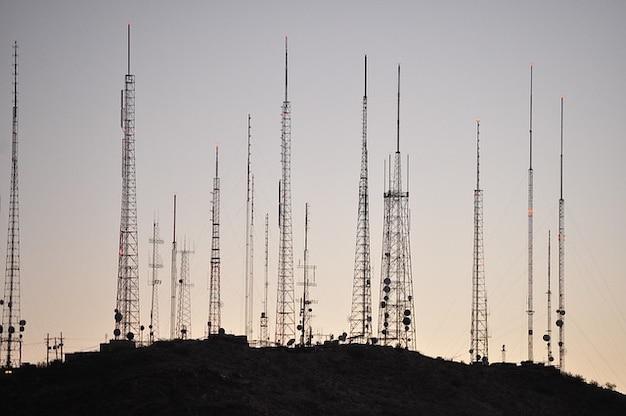 伝送高いテレビラジオ塔塔