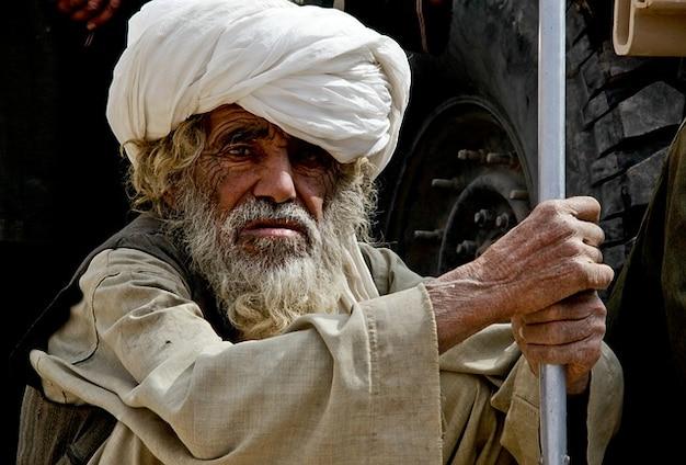 男は古いアフガニスタンは見つめ警戒風化
