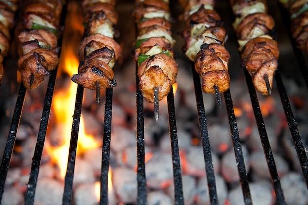 調理鶏の夕食バーベキュー牛肉火バーベキュー