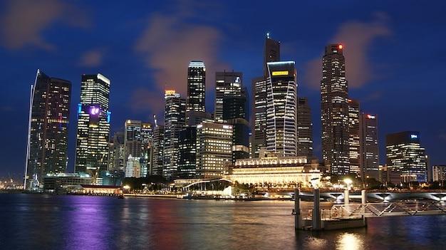 高層ビルの夜の夜のシンガポールの建物