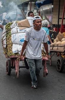 Человек корзину рынке рабочей венесуэлы маракайбо