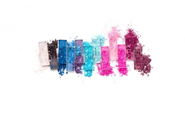 Разноцветные щебень для теней с кисточкой на белом фоне
