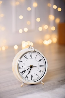 ライトと美しい時間を備えた新年の装飾。新年のコンテンツ。