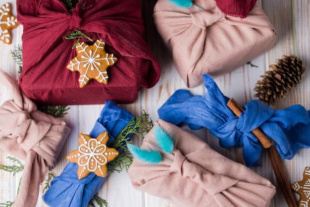 Новогодняя упаковка фурошики. этнический рождественский подарок. нулевая концепция отходов