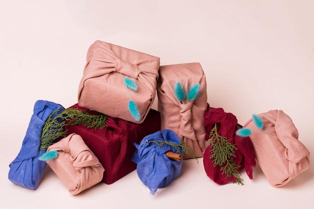 クリスマス風呂敷包装。民族クリスマスギフト。廃棄物ゼロのコンセプト