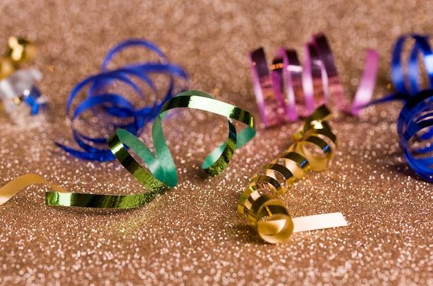 蛇紋岩、おもちゃ、輝きと金色のキラキラ背景のお祝いコンテンツ。