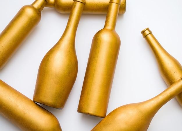 金のさまざまな形のボトル