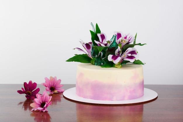 新鮮な花のおいしいケーキ