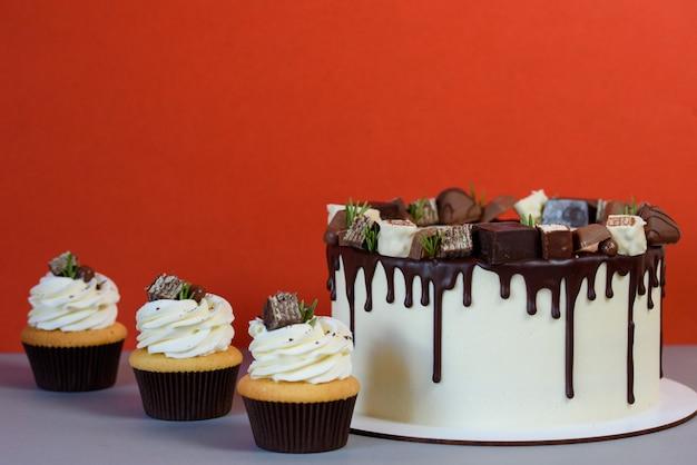 チョコレートのアイシングとおいしいカップケーキの美しいケーキ