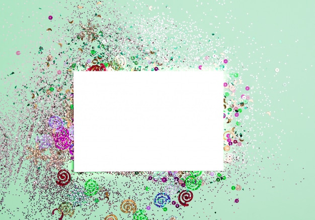 Белая карточка для открыток и надписей с мятой фон с блестками.
