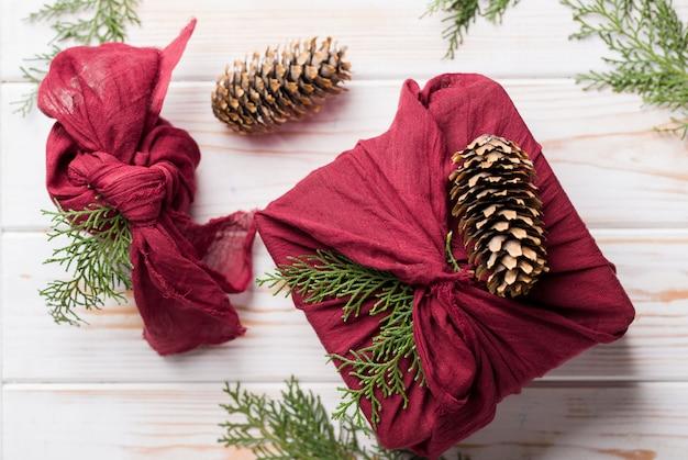 クリスマス風呂敷包装。民族のクリスマスプレゼント。廃棄物ゼロのコンセプト