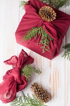 Новогодняя упаковка фурошики. этнический рождественский подарок. ноль отходов концепция