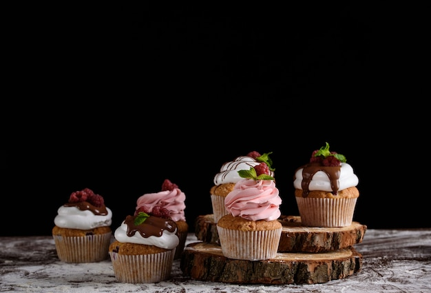 デザートを作るプロセス。クリームケーキ、マフィン、クッキー、食料品。キッチンと菓子屋はデザートを作ります。