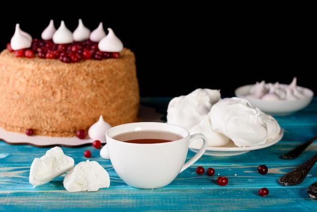 Процесс приготовления десертов. пирожные с кремом, кексы, печенье, продукты. кухня и кондитер делает десерты.