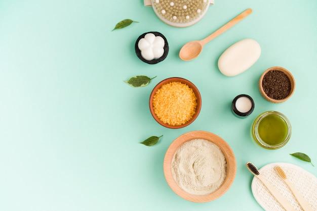 Косметическая соль для ванн, виноградный гомай для лица, кофейный скраб для тела на мятном фоне. спа косметика, ноль отходов.