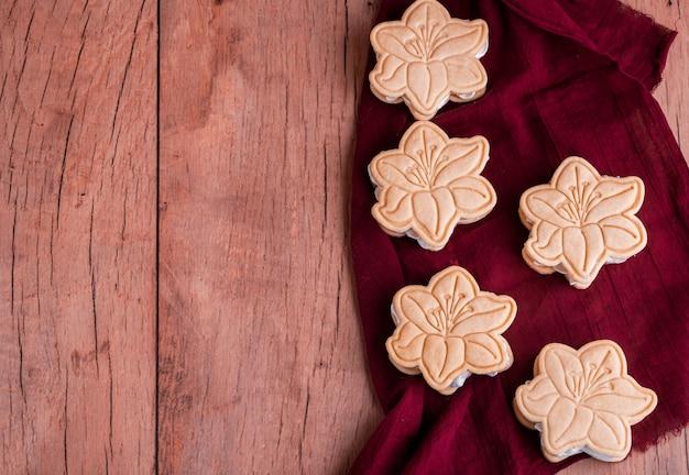 Песочное печенье с безе в форме цветка