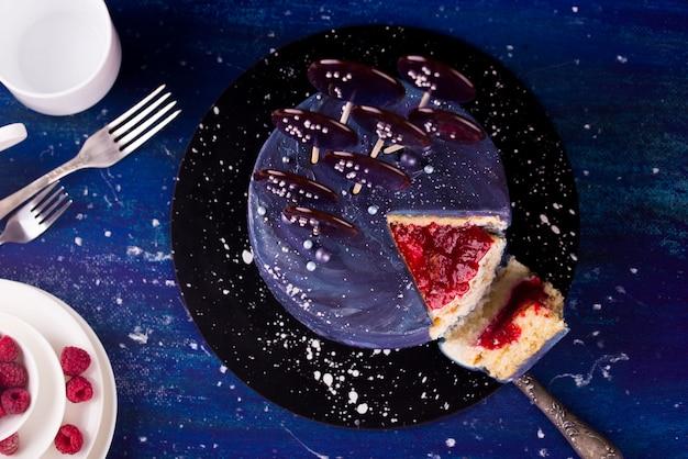 ラズベリーとアボカドを詰めたおいしいケーキ、デザート。祝日