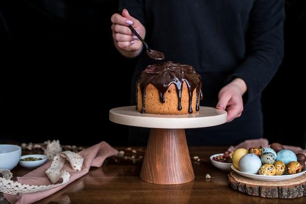 Пасхальная композиция со сладким хлебом, куличем и яйцами