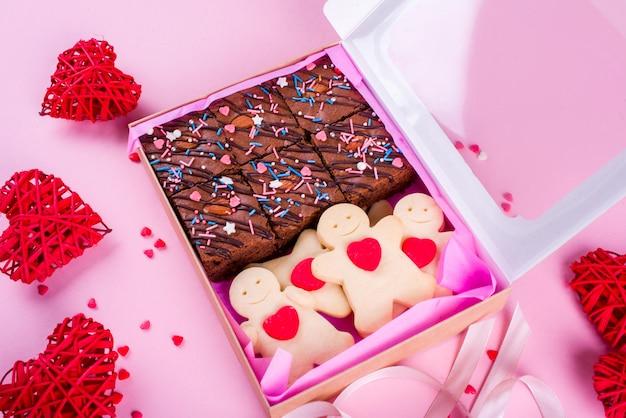 美味しいお菓子のセットがテープ付きの箱に入っています。バレンタインデーの贈り物。