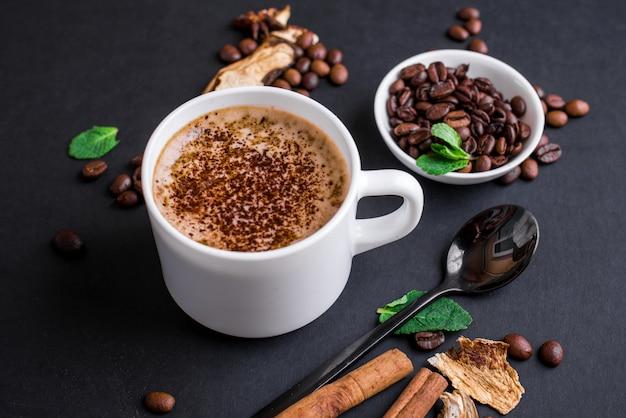 キノコチャガコーヒースーパーフードトレンドドライで新鮮なキノコとコーヒー豆。