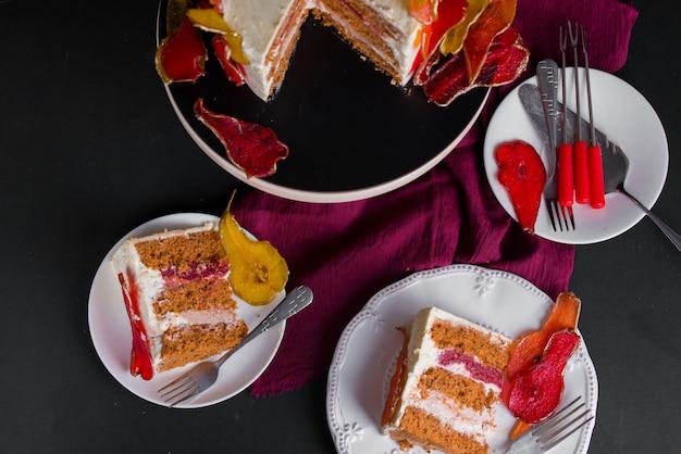 美しくておいしいデザート。スタンドのケーキは赤と黄色の梨で飾られています。