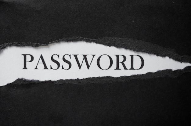 黒の破れた紙で白い背景に印刷された単語のパスワード。