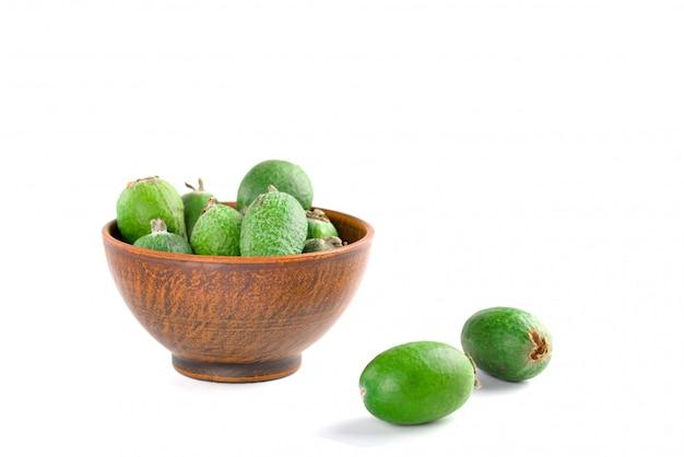白で隔離されるジューシーで熟したフェイジョア健康的な秋の果物。