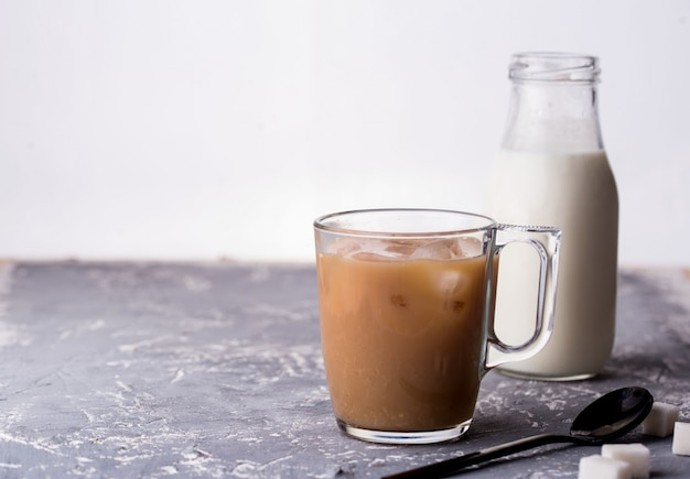 ミルク、スプーン、砂糖、コンクリート背景と香りのよいカスタード。
