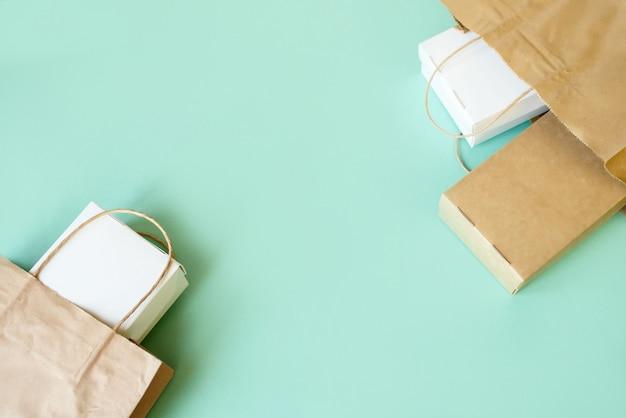 配信食品の背景。明るい背景にファーストフードエコパッケージ