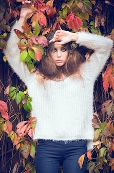 秋の美しい少女を残します。