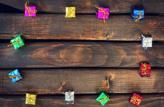 Коробки с подарками на темных деревянных досках