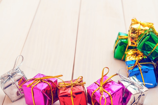 Коробки с подарками на легких деревянных досках