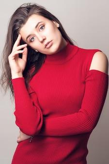 Портрет молодой девушки в красной блузке