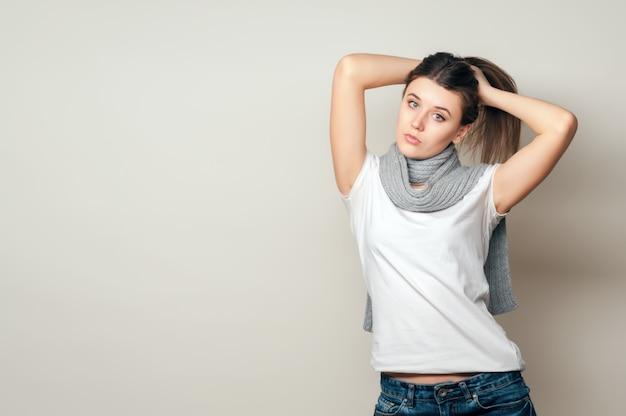 Портрет молодой девушки в белой рубашке