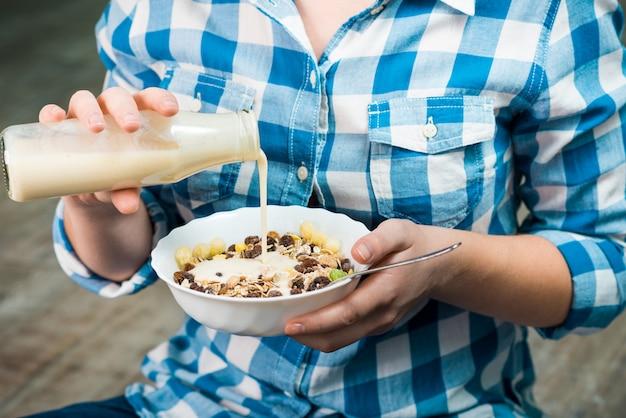 Девушка с тарелкой из цельнозерновой каши с йогуртом