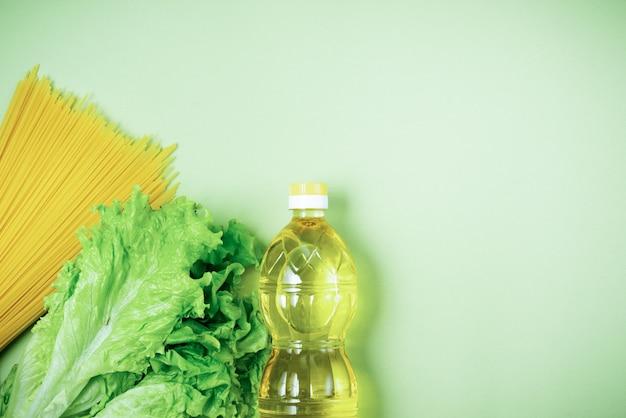 Основные свежие продукты лежат на зеленой поверхности