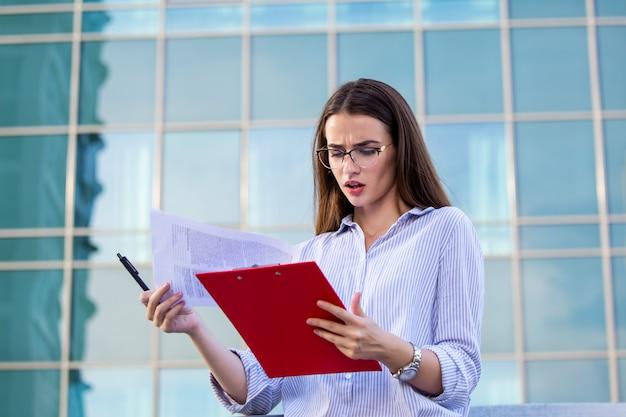 クリップボードを持つエグゼクティブビジネス女性