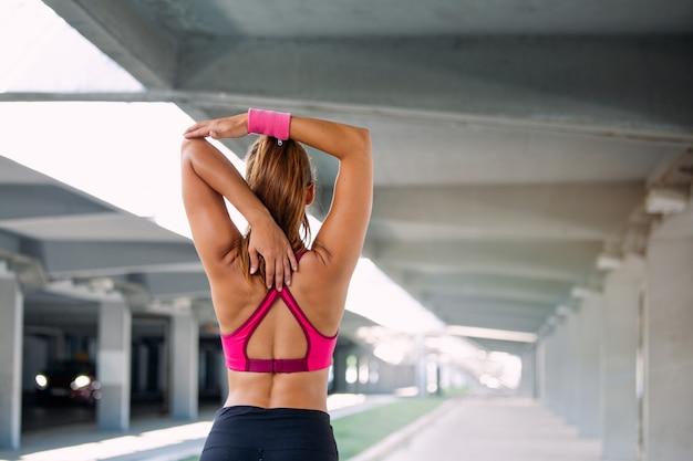 Фитнес женщина растяжения