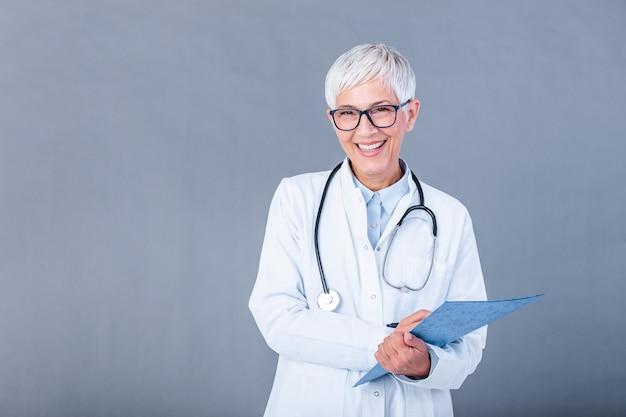 クリップボードに書き込むシニア女性医師