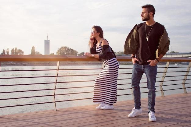 Молодая красивая пара в любви. захват ярких моментов. радостный молодой любящей пары на закате. романтично.