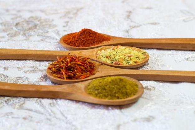 スパイス。木製のスプーンでスパイス。ハーブ。カレー、サフラン、ターメリック、