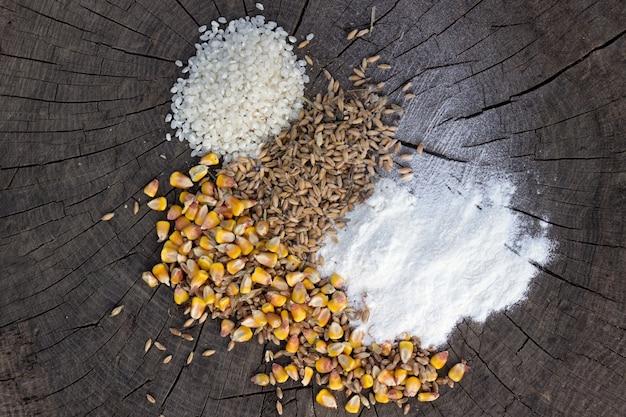 木製の背景に穀物の食品ミックス