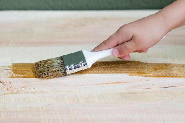 Рукава для рук лакировка деревянной полки с использованием кисти