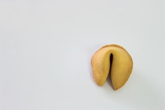 白い背景に孤立した幸運のクッキーの写真。
