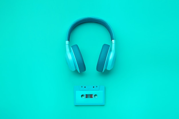 オーディオカセット付きの青緑色のヘッドフォン