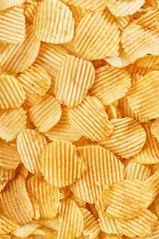 Фон из золотых волнистых ломтиков гофрированных чипсов